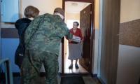 Rozwożenie paczek do seniorów, którzy nie wychodzą z domu, fot. Mikołaj Kuras dla UMWKP