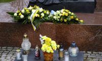 Marszałek Piotr Całbecki złożył kwiaty pod toruńskim pomnikiem świętego Jana Pawła II, fot. UMKWP