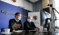 Telekonferencja marszałka Piotra Całbeckiego z udziałem dyrektora Regionalnego Ośrodka Polityki Społecznej Adama Szponki, fot. Andrzej Goiński/UMWKP