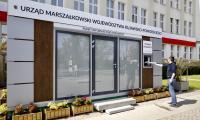 Punkt informacyjno-podawczy przed Urzędem Marszałkowskim, fot. Andrzej Goiński dla UMWKP