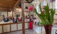 Członkowie Chorągwi Husarskiej Województwa Kujawsko-Pomorskiego (fot. Andrzej Goiński/UMWKP) i śpiewacy Chorus Culmensis (fot. Mikołaj Kuras dla UMWKP) uczcili setną rocznicę urodzin świętego Jana Pawła II poprzez muzykę.