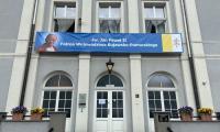 Ośrodek Chopinowski w Szafarni w barwach papieskich, fot. Archiwum OS w Szafarni