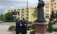 Wicemarszałek Zbigniew Ostrowski i ks. proboszcz Mariusz Kuciński składają kwiaty pod pomnikiem papieża św. Jana Pawła II przy kościele św. Mateusza Apostoła i Ewangelisty w Bydgoszczy, fot. Archiwum UMWKP