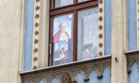 Toruń w barwach papieskich, fot. Szymon Zdziebło/tarantoga.pl
