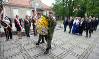 Złożenie kwiatów pod tablicą upamiętniającą wizytę Jana Pawła II we Włocławku, fot. Andrzej Goiński/UMWKP