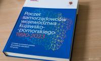 """Publikacja """"Poczet samorządowców województwa kujawsko-pomorskiego 1990-2020"""", fot. Andrzej Goiński dla UMWKP"""