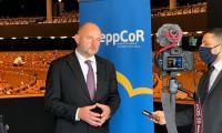 Marszałek Piotr Całbecki udziela wywiadu podczas przerwy w obradach sesji plenarnej Komitetu Regionów, fot. Mieszko Matusiak/UMWKP