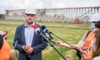 Marszałek Piotr Całbecki w towarzystwie regionalnych i lokalnych mediów wizytował miejsce rewitalizacji tężni, fot. Andrzej Goiński dla UMWKP