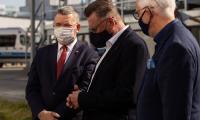 Przekazanie radiowozów odbyło się przed Komendą Wojewódzką Policji w Bydgoszczy, fot. Filip Kowalkowski dla UMWKP.