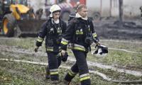 Dogaszanie pogorzeliska w Raciniewie, fot. Andrzej Goiński/UMWKP