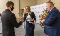 Wręczenie umów na dofinansowanie z PROW, fot. Szymon Zdziebło/tarantoga.pl dla UMWKP