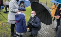 Marszałek Piotr Całbecki rozmawia z młodą harcerką trzymając Betlejemskie Światło Pokoju, fot. Andrzej Goiński/UMWKP