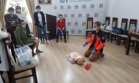 Ratownik Maciej Romaniuk demonstruje przebieg resuscytacji