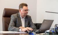 Konsultacje KPO: prezentacji minister Małgorzaty Jarosińskiej-Jedynak przysłuchuje się wicemarszałek Zbigniew Ostrowski, fot. Szymon Zdziebło/tarantoga.pl dla UMWKP