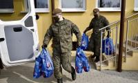 Przekazanie paczek dla seniorów żołnierzom WOT, fot. Andrzej Goiński dla UMWKP