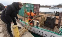 Barka z transportem zacumowała w Chełmnie, fot. Mikołaj Kuras dla UMWKP