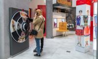 """Zwiedzanie interaktywnej wystawy multimedialnej """"Wahadło Czasu"""" w Brześciu Kujawskim, fot. Szymon Zdziebło/tarantoga.pl dla UMWKP"""