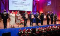 Przedstawiciele instytucji i służb odbierają podziękowania za zaangażowanie w walkę z pandemią, fot. Andrzej Goiński/UMWKP