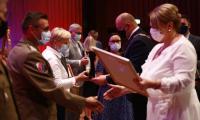 Przedstawiciele instytucji i służb odbierają podziękowania za zaangażowanie w walkę z pandemią, fot. Filip Kowalkowski dla UMWKP