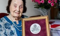 Wręczenie medalu pani Ludwice Bączyk, fot. Filip Kowalkowski dla UMWKP