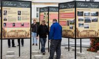 Montaż plansz wystawy przed Urzędem Marszałkowskim, fot. Andrzej Goiński/UMWKP