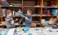 """Warsztaty plastyczne """"Papierowa szarża"""" w Galerii i Ośrodku Plastycznej Twórczości Dziecka w Toruniu, fot. Andrzej Goiński"""