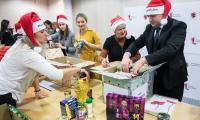 Paczki dla rodzin pakowali 7 grudnia pracownicy Urzędu Marszałkowskiego oraz marszałek Piotr Całbecki, fot. Andrzej Goiński