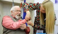 Wręczenie seniorom tzw. bransoletek życia, w ramach projektu teleopieki domowej, fot. Mikołaj Kuras