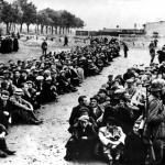 Internowani przez Niemców mieszkańcy Gdyni oczekują na przesłuchanie na placu przy ul. Świętojańskiej, wrzesień 1939, IPN