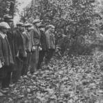 Oficer SS odczytuje wyrok śmierci grupie Polaków, Szubin cmentarz żydowski 21 X 1939, IPN