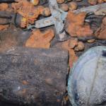 Medalion z krzyżem Wojciecha Bembnisty znaleziony w grobie w Paterka, zbiór K. M. Hass