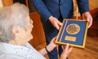 Wręczenie medalu Helenie Adamczyk fot. Szymon Zdziebło www.tarantoga.pl