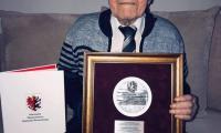 Zygfryd Grzybowski z medalem Unitas Durat, fot. nadesłane przez rodzinę