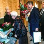 Jadwiga Łosiakowska przyjmująca życzenia na setne urodziny, fot. archiwum prywatne