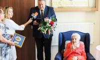 Władysława Szebska otrzymała od członka zarządu Sławomira Kopyścia okolicznościowy medal Unitas Durat Palatinatus Cuiaviano-Pomeraniensis, fot. archiwum Urzędu Marszałkowskiego
