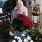 Helena Zaranek z bukietami kwiatów na 105 urodziny, fot. archiwum prywatne
