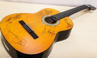 Gitara z autografami zespołu Czerwone Gitary przekazana przez Prezydenta Miasta Torunia Michała Zaleskiego